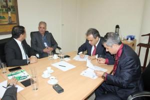 O conselheiro presidente Edilson de Sousa e o secretário da Sesdec, coronel Caetano, assinam o acordo de cooperação