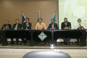 A mesa de encerramento do evento teve os instrutores Gumercindo, Clodoaldo, conselheiros-substitutos Francisco Júnior e Omar, o vereador presidente J. Rabelo e os instrutores Uchôa e Laércio