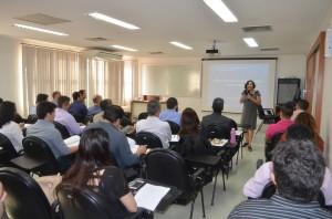 A instrutora Maridel Noronha ministra o curso, que tem duração de oito horas-aula