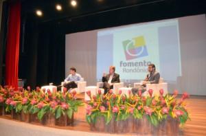 "O conselheiro-substituto Francisco Júnior mediou os debates no painel Ética e ""compliance"" nas compras públicas"