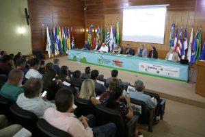 O coordenador geral do Profaz, conselheiro Benedito Alves, e a procuradora geral do MPC, Yvonete Fontinelle, na abertura dos eventos desta quinta-feira
