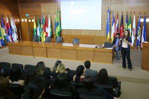 A chefe de gabinete da Procuradoria-Geral do MPC, Christiane Pereira, destacou a importância do envolvimento dos servidores no processo de revisão do Plano Estratégico