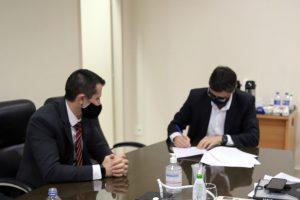 O conselheiro presidente Paulo Curi Neto assina o acordo de cooperação